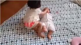 姊姊,嬰兒,巴掌 翻攝自秒拍