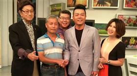 謝淑薇父親謝子龍與網協秘書長劉中興握手(圖/取自陳斐娟臉書)