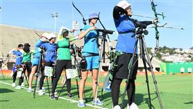 里約奧運女子射箭排名賽5日(當地時間)展開,中華隊譚雅婷(右4)、雷千瑩(左)、林詩嘉(右)共射下1932分,在女團預賽排名第4位,其中譚雅婷最為出色,以656分在個人排名第4,林詩嘉651分排名第9名,雷千瑩則以625分排名第33名。 中央社記者張新偉里約攝  105年8月6日