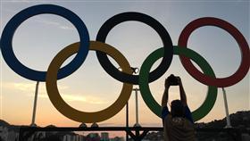LF 里約奧運開幕式 奧運五環眾人拍 2016巴西里約奧運5日(當地時間)在馬拉卡納體育場 舉行開幕式,不少參觀者搶拍奧運五環。 中央社記者徐肇昌里約攝  105年8月6日