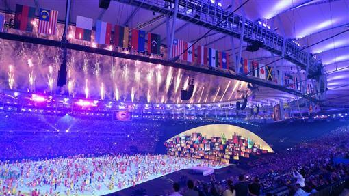 LF里約奧運開幕式 煙火璀璨2016巴西里約奧運5日(當地時間)於馬拉卡納體育場舉行開幕式,在精采表演中施放璀璨煙火。中央社記者徐肇昌里約攝  105年8月6日