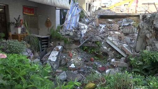 內湖拆海砂屋倒塌 一旁住戶家門口遭堵