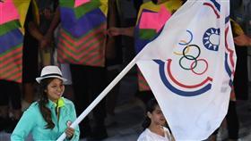 LF 里約奧運開幕 汪亦岫任掌旗官率團進場 巴西歷經7年籌備,並投入近120億美元,2016年里約熱內盧奧運點燃戰火,5日晚間(當地時間)在馬拉卡那體育場(Maracana stadium)舉行開幕活動。中華代表團由馬術女將汪亦岫(左)任掌旗官率團進場。 中央社記者張新偉里約攝 105年8月6日