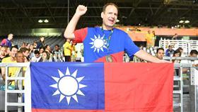 美國人穿國旗裝為台灣加油/中央社