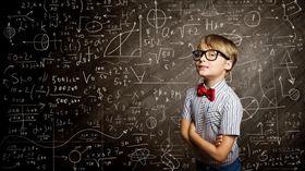 小學生,資優生,數學,天才,神童,算數,公式,課業,上學,黑板,智商,智力測驗(圖/Shutterstock/達志影像)