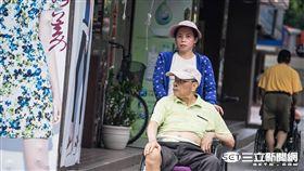 老人,看護,高齡化,老化,輪椅,傭人,外籍看護,高齡,扶養比,負擔,人口, 記者林敬旻攝