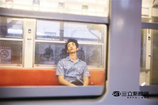 8月,劉以豪30歲生日的本命月,在29歲倒數之計,《華流》帶著他以麻瓜身份搭上通往城堡的列車~去去,心打開!Don't Think,Feel彩色泡泡又帶點金屬光澤的夢幻感。