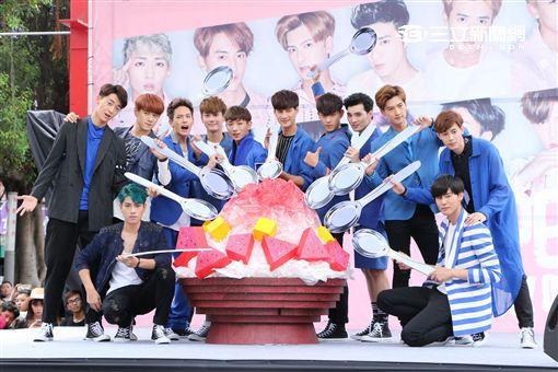 """男子團體SpeXial十二團員齊聚現身台北西門町,舉辦新專輯""""BOYZ ON FIRE""""簽唱會與歌迷相見"""