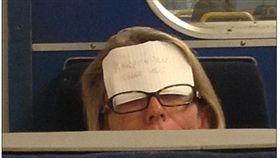 地鐵 乘客 http://www.dailymail.co.uk/news/article-3735831/Sleepy-Harpenden-commuter-sticks-note-head-make-sure-doesn-t-miss-stop.html