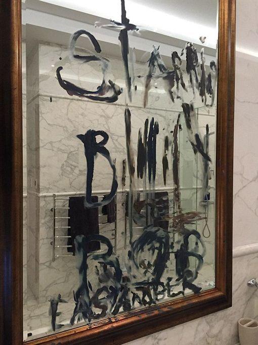 強尼戴普,http://www.dailymail.co.uk/news/article-3741910/Photo-Johnny-Depp-s-ghastly-finger-cut-tip-fit-rage-wrote-blood-wall-Amber-Heard-affair-Billy-Bob-Thornton.html