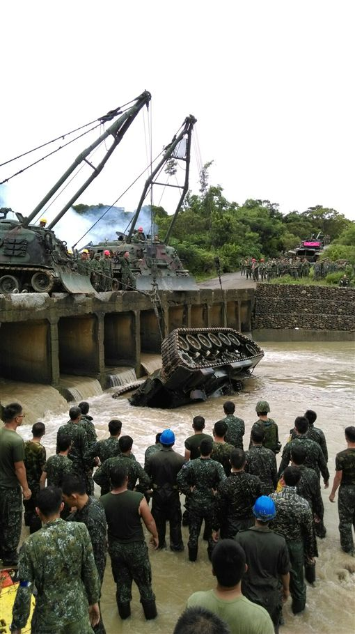 陸軍出動M88A1救濟車吊掛CM11勇虎戰車(陸軍提供)