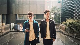 南韓男子雙人組10cm 圖/臉書