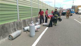 貨車行駛時爆胎甩落52支瓦斯桶至路面上(翻攝畫面)