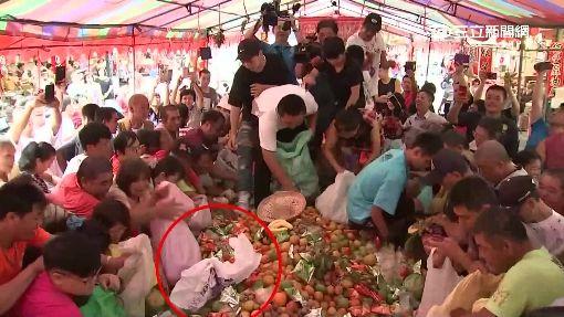 暴動!搶普渡水果 民眾備麻布袋爬桌