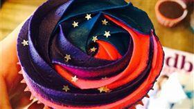 銀河,星空,宇宙,甜點,太空,杯子蛋糕,奶油,蛋糕,甜食,夢幻,cake,food,食物,華麗,美麗,少女,漂亮-翻攝自itsbecca311 IG https://www.instagram.com/p/6oF8LpGEbq/?tagged=galaxycupcakes    16:9