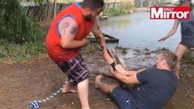 遊客遭鱷魚咬斷手指(圖/翻攝自鏡報)