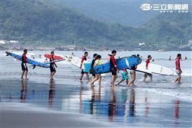 炎熱的夏天-陽光-飛行傘-沙灘-比基尼-衝浪,讓整個海邊熱絡起來。。(記者邱榮吉/攝影)