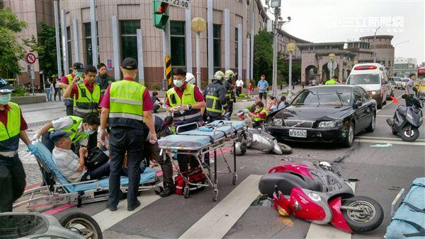 駕駛開車時突然頭暈 撞倒停紅綠燈機車釀6人輕傷(圖/翻攝畫面)