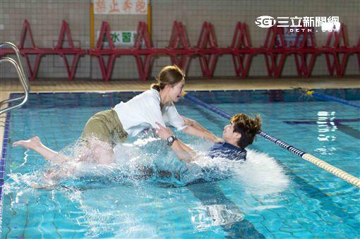 「狼王子」安心亞、張軒睿游泳池中激吻