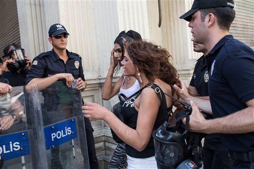 土耳其LGBT維權變性女子遭姦殺 民眾遊行討公道圖/翻攝自rheosta推特