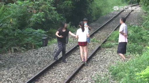 搶拍集集綠色隧道!遊客搏命闖鐵軌