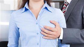 性騷擾,辦公室,襲胸,摸肩,調情,窺視,性,上班族/shutterstock