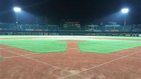 台南棒球場新燈柱進行測光(圖/統一獅提供)