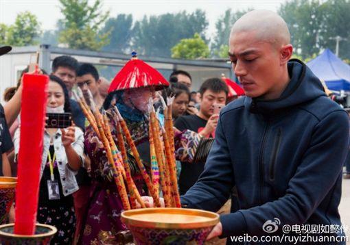 心如不要看!霍建華輕捧周迅臉頰 《如懿傳》海報曝光 圖/翻攝自電視劇如懿傳微博 http://weibo.com/ruyizhuanncm