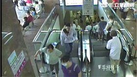歹徒持棍毆打新光醫院主任黃中研(翻攝畫面)