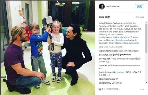 洛基與雷神拜訪病童。(圖/取自洛基IG)