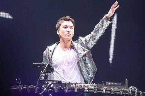 勝利再被拍到夜店狂歡。(圖/翻攝自BIGBANG-Taiwan臉書)