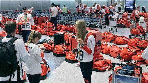 英國奧運代表團統一行李悲劇了(圖/取自Alex Gregory推特)