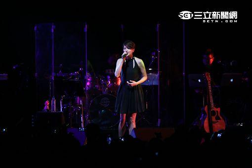 梁詠琪BeSIDE YOU演唱會與歌迷相會,女兒恐龍玩偶相伴開唱