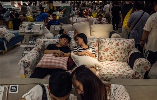 IKEA 睡覺 http://cn.nytstyle.com/culture/20160829/shh-its-naptime-at-ikea-in-china/