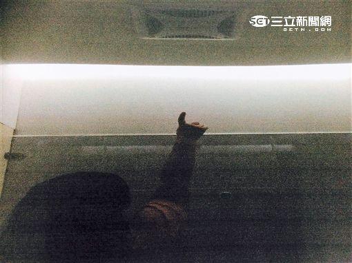 胡姓少年將手機置於天花板夾層偷拍遭逮送辦(翻攝畫面)