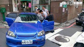 許嫌放開手煞車任車滑行導致車輛自撞圍籬(翻攝畫面)