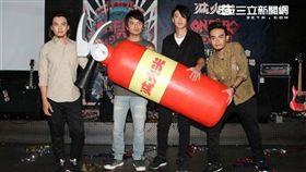 滅火器樂團挑戰台灣第一繼續向前行,唱進桃園棒球場。