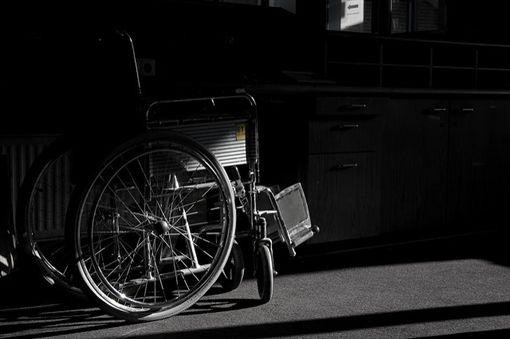 輪椅,殘障(圖/攝影者Marcel Oosterwijk,Flickr CC License)https://www.flickr.com/photos/wackelijmrooster/3662119499/in/photolist-6zBjxn-n2Sdkv-pee1Dx-ncETHU-n2Seyz-krafGQ-ax5mTw-6DSs6n-n2TVa5-n2Sjw8-5o4zLn-naAj5y-aeL1qT-7tdvP6-41tzbX-ax5sVW-egDKdP-o2tn7i-nfEhEX-n2Srhc-kra96y-n2U4pw-n2TX2S-Pvzsz-oWKYmt-699Dh1-n2Sk7B-4Vtamn-sqwpb-gRQpj8-4JeQik-egDKg8-n2Soz8-asjNQu-ask5uf-6bpgzJ-7oZFT1-9LjbYj-ncD116-9M6Yuz-ashsRB-92w7yD-nBrhZA-8GVU5U-hXFRFU-s42i7g-92MYz2-n2TWQQ-n2U8TG-7s4Hn4