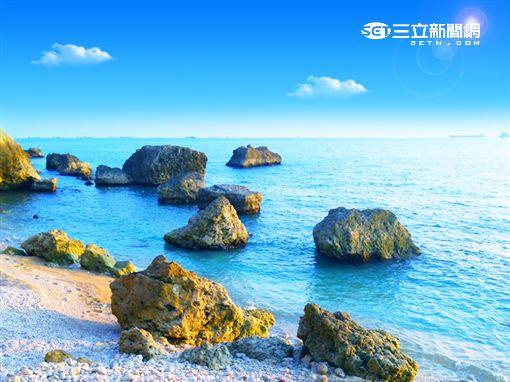 隱身在柴山山腳下的白色貝殼沙灘,是鮮少人知道的私房秘境。(圖/龔德賢提供)