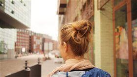 女人,女孩,背影,包包頭,遠望,旅行,城市,單身,外國,背包客(圖/Pixabay)