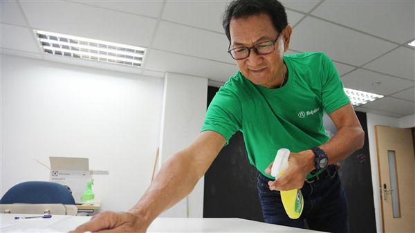 周元生在清潔公司當清潔工近3個月(圖/翻攝自星洲日報)