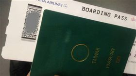 網友將護照封面字樣磨掉。(圖/翻攝自台灣國護照貼紙 Taiwan Passport Sticker)