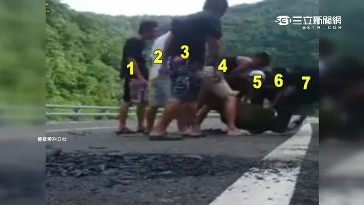 大石擋路見熱心 7人停下車合力移開