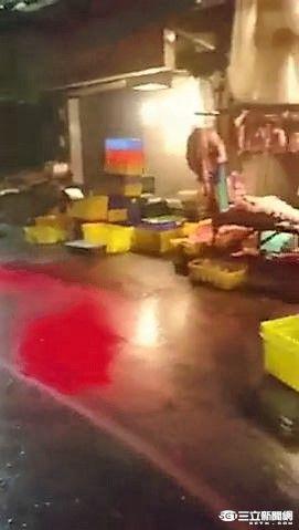 淡水中山路的豬肉攤疑生意太好遭潑紅漆示警(翻攝畫面)