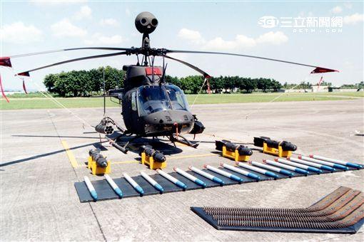 陸軍航特部OH-58D偵查直升機搭配阿帕契直升機的「獵殺組合」,AHIP負責鎖定目標,阿帕契則從訊號得到目標發射飛彈,摧毀目標。。(記者邱榮吉/攝影)