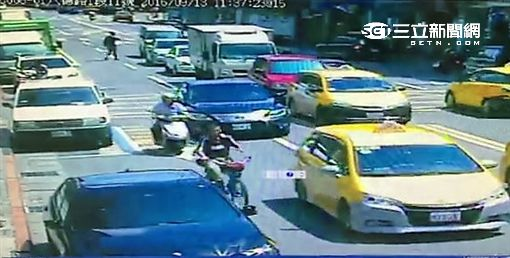 王男持石塊丟擲不當黨產委員會的玻璃大門遭警方函送法辦(翻攝畫面)