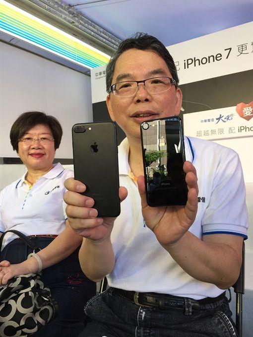 iPhone 7,曜石黑,開賣,缺貨(圖/中央社)