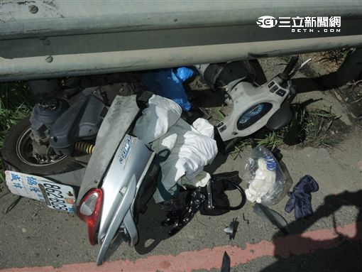 江姓祖孫倆遭闖紅燈的轎車攔腰撞上,導致孫子亡、江翁命危(翻攝畫面)
