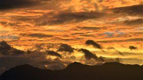 中央氣象局16日上午發布馬勒卡颱風陸上颱風警報,台 東天空傍晚出現火燒雲,天空一片橘紅色,讓經過尼伯 特和莫蘭蒂2颱風蹂躪後的台東人不免擔心。 中央社記者盧太城台東攝 105年9月16日
