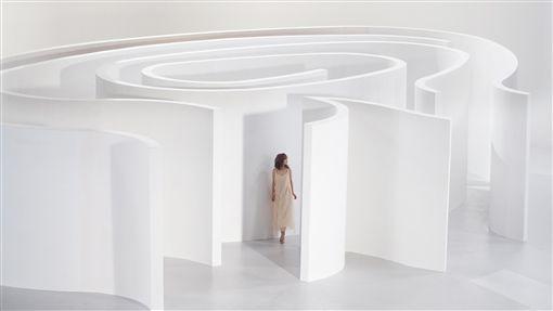歌手楊丞琳「年輪說」MV由金曲獎名導陳映之掌鏡,為了將年輪的意象視覺化,MV拍攝現場特別搭建了一個白色巨型漩渦狀迷宮,十分壯觀。 (環球EMI提供) 中央社記者吳琬婷傳真 105年9月18日